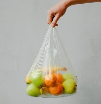 Pris la main dans le sac plastique